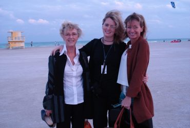 Marilyn Arthur (left) checks out the beach with Wendy Hower, director of engagement and marketing, and Mindy Solie, then Friends Board President, at Art Basel Miami Beach in 2006.