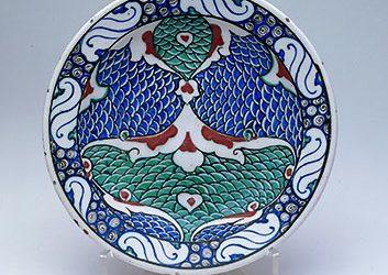 Turkish (Iznik), Dish, c. 1580-1585. Stonepaste: underglaze painted; 10½ inches diameter (26.7 cm). © 2008 David Franzen. Doris Duke Foundation for Islamic Art, Honolulu, Hawai'i.